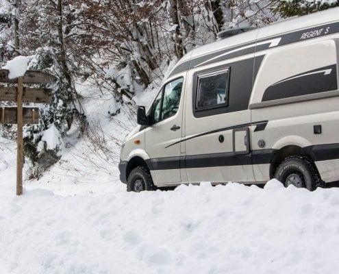 alles over winterkamperen met de camper. camper is een buscamper in de sneeuw